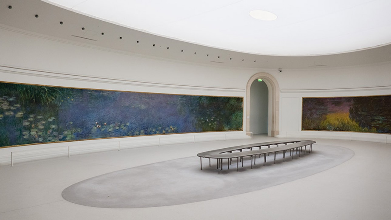 One of two rooms in the w:Musée de l'Orangerie containing some of Monet's Water Lilies.